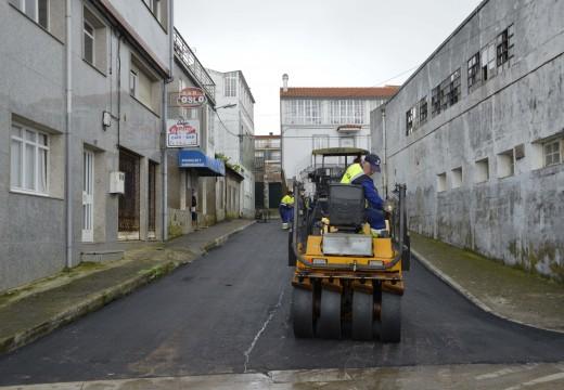 Operarios proceden coa pavimentación da rúa Cobasa na localidade de Aguiño