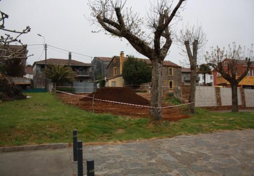 O Concello de Frades retira as ruínas da antiga escola da praza de Ponte Carreira