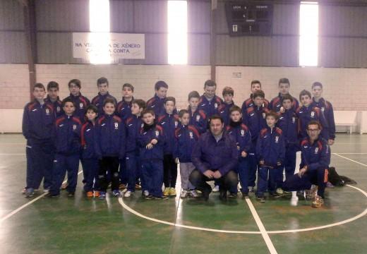 O alcalde de Frades entregou as equipacións deportivas aos 24 rapaces que participan este ano nas escolas municipais de fútbol sala