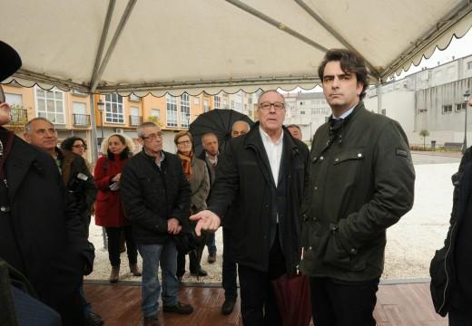 Diego Calvo anima á veciñanza de Negreira a dar uso á nova Praza das Brañas, reformada con fondos provinciais