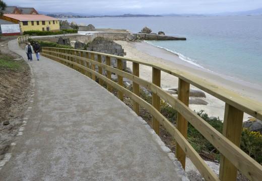 Os usuarios xa disfrutan da nova senda litoral de 560 metros de longo entre a Ameixida e Area Secada tras a súa apertura