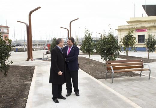O alcalde visitiou o primeiro tramo de La Marina aberto ao público, un proxecto que devolve a «soberanía aos cidadáns» e permite «recuperar o patrimonio» da cidade