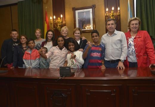 Dúas nenas e dous nenos saharauis comparten este verán con tres familias de acollida no municipio de Riveira