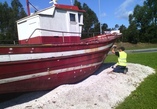 Seis usuarios da Unidade Asistencial de Drogodependencias de Riveira restauran o barco situado na rotonda de Xarás