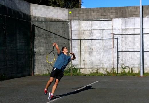Martín Villamarín, de dezasete anos, faise co Torneo de tenis de verán de Carral.