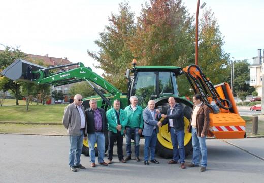 O Concello de Oroso incorpora un moderno tractor con pala e desbrozadora para a limpeza e conservación das súas estradas