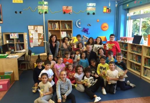 O alcalde explica aos escolares do CEIP de Sigrás ou funcionamento dá administración local
