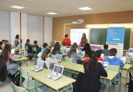 Un cento de rapaces e rapazas de Brión aprenden a programar un videoxogo