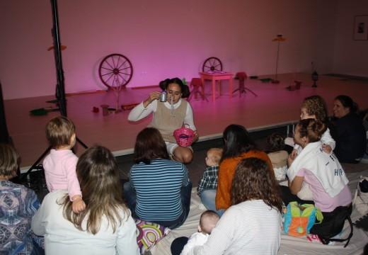 Medio cento de veciños e veciñas asistiron ao primeiro espectáculo dirixido a bebés de ata 4 anos que organiza o  Concello de Oroso