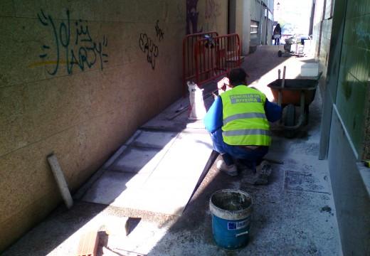A Brigada Municipal de obras mellora a accesibilidade na rúa das Laxes en Riveira