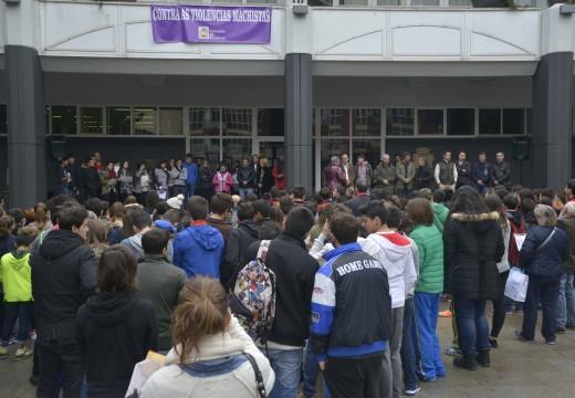 Centos de persoas concentráronse na praza do Concello de Riveira para clamar contra a violencia de xénero