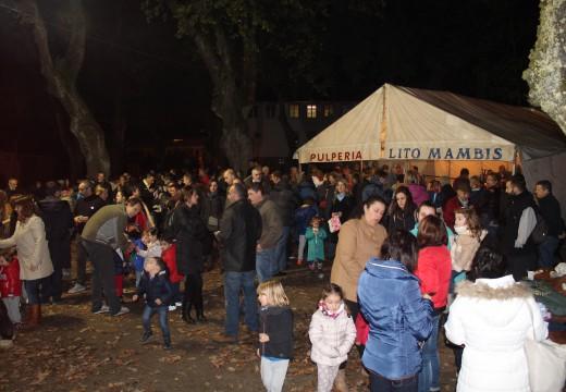 Centos de veciños desafiaron ao frío e deron boa conta de 180 quilos de castañas e 150 litros de chocolate no Magosto do Concello de Brión
