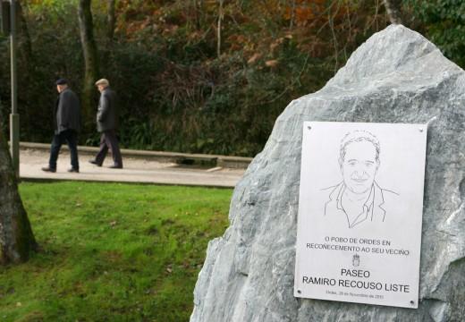 O monólito de Ramiro Recouso Liste loce de novo en perfecto estado no paseo fluvial que leva o seu nome