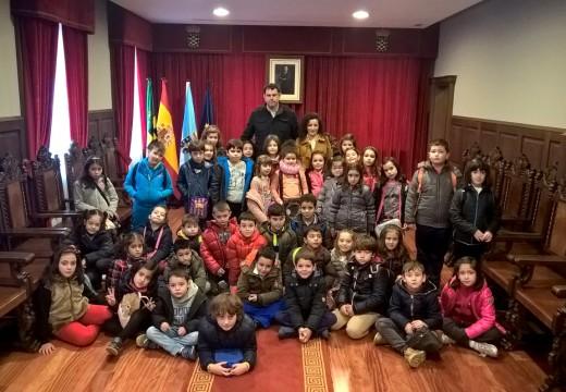 Os nenos e nenas do Castelao visitan o Concello de Ordes