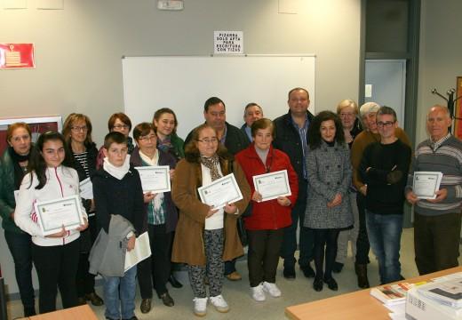 Os concelleiros Susana García e José Manuel Mira entregan os diplomas do curso de informática