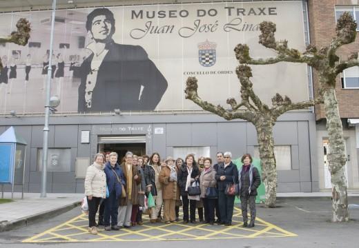 O Museo do Traxe recibe a visita da asociación de Amas de Casa de Pontevedra