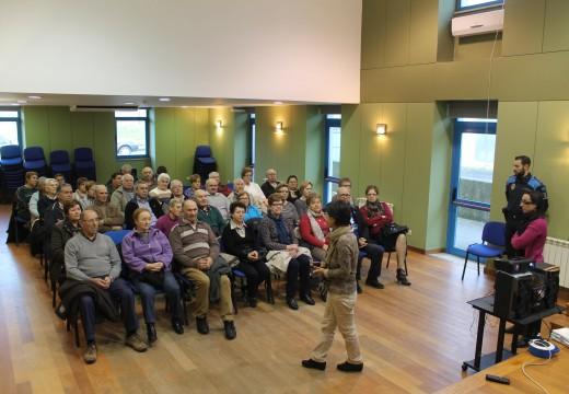 Case medio cento de maiores de Brión participa nunha charla sobre seguridade viaria