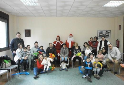 Os nenos e nenas de Preescolar na Casa de Frades reciben a visita de Papá Noel