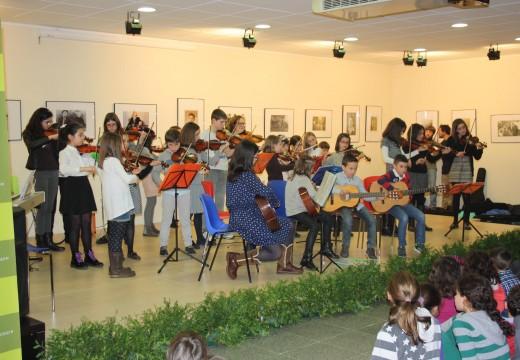 Máis de 200 veciños e veciñas disfrutaron das actuacións dos rapaces e rapazas no Concerto de Nadal da Aula de Música de Oroso