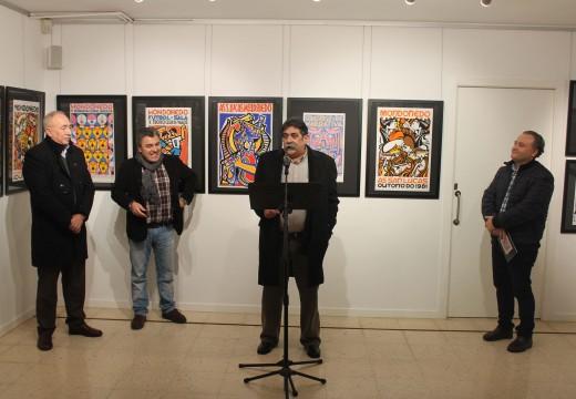 """Máis de 150 persoas arroupan a Xosé Vizoso na inauguración da exposición """"Carteis 1970-2014"""", que poderá visitarse ata o 26 de febreiro en Brión"""