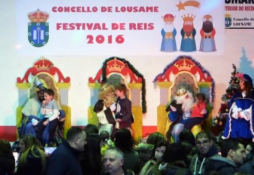 O Festival de Reis de Lousame repartíu 500 bolsas de doces sen glute e outras tantas racións de chocolate con churros