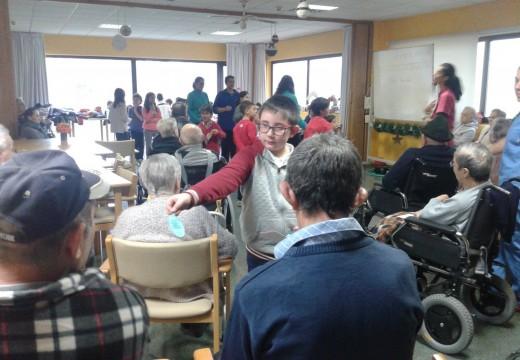 Os nenos e nenas das actividades de conciliación do Concello de Ordes celebran o Nadal na residencia de maiores