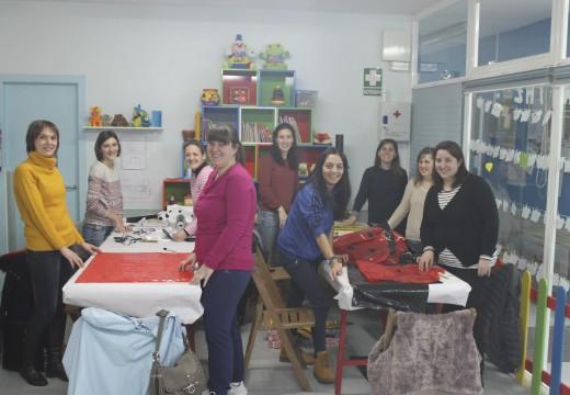 Case medio cento de pais e nais participan nuns obradoiros para facer os disfraces dos seus pequenos na gardería municipal de Brión