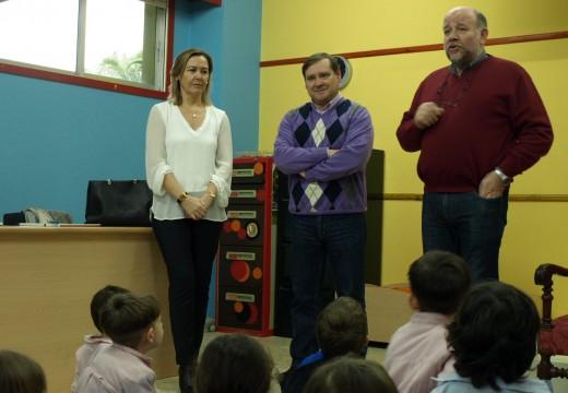 """A Inspectora de Educación, Elena Urtiaga, e o alcalde de Fene, Juventino Rrigo, visitaron o Colexio Centieiras no marco do programa """"Contamos"""""""