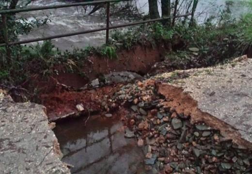O temporal derrubou parte de dúas pontes en Frades, obrigando a cortar a circulación de vehículos en ambas pistas