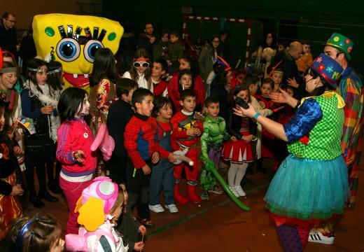 Máscaras, xogos, obradoiros, flocos e moita alegría na 'Tarde de Entroidada' infantil de Ordes