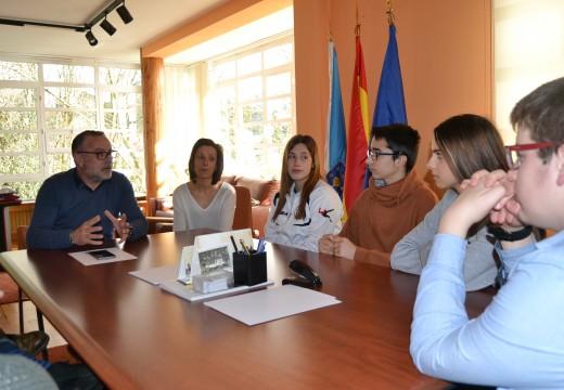 O alcalde de Cambre aposta polo labor dos correspondentes xuvenís