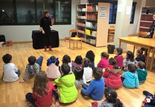 Raquel Queizás fai parada na biblioteca de Ordes coas súas 'Historias da maletra'
