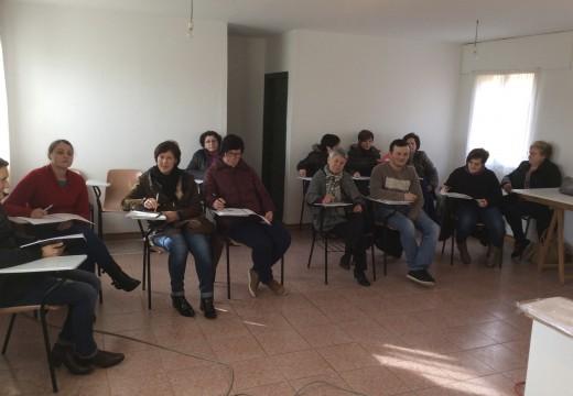 Unha ducia de veciños e veciñas de Frades inician un curso de cociña en Ponte Carreira