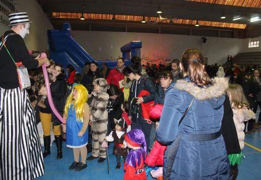 Gran participación na Festa de Entroido de Lousame, que desborda todas as previsións
