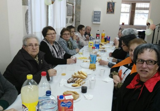 Os maiores dos Obradoiros da Memoria de Lousame celebran a chegada do Entroido
