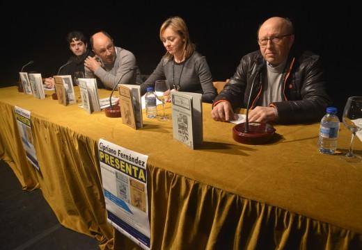 Cipriano Fernández presentou en Riveira os seus dous novos libros de teatro escolar