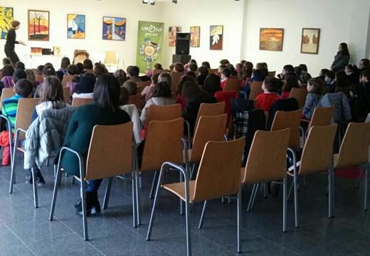 124 nenos e nenas dos CEIP Sigüeiro e Oroso conmemoran o Día Internacional da Muller cunha sesión de teatro infantil