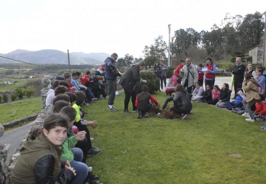 Sesenta nenos e nenas do CEIP de Pedrouzos realizan unha homenaxe a Rosalía de Castro na Igrexa de Bastavales