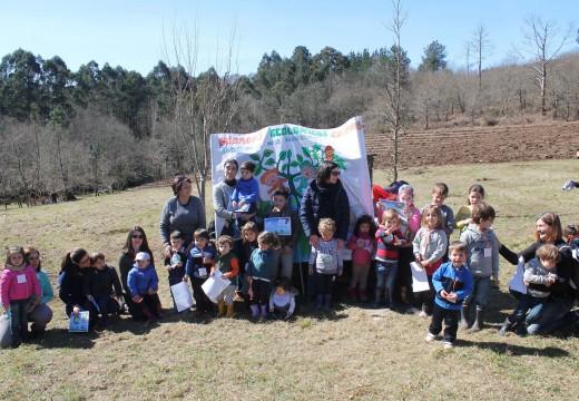 Unha trintena de meniños/as da Escola Infantil A Ulloa participan nunha plantación de árbores autóctonas na área recreativa do Cachopal