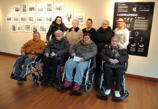 Usuarios do Centro de Día visitaron no Lustres Rivas a exposición 15×20 Mate