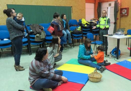 A Garda Civil de Tráfico fala en San Sadurniño sobre a seguridade infantil nos vehículos