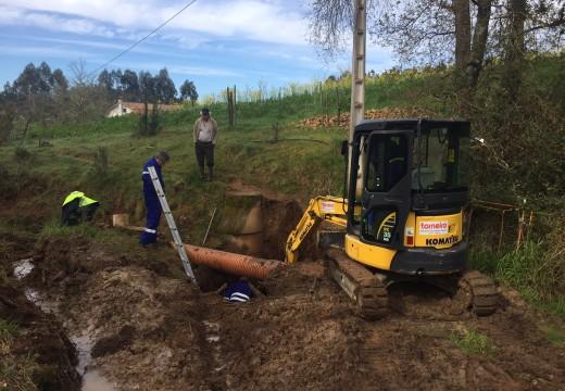 A brigada de obras actúa na canalización de saneamento en Fontenla que afecta o bombeo de Cela