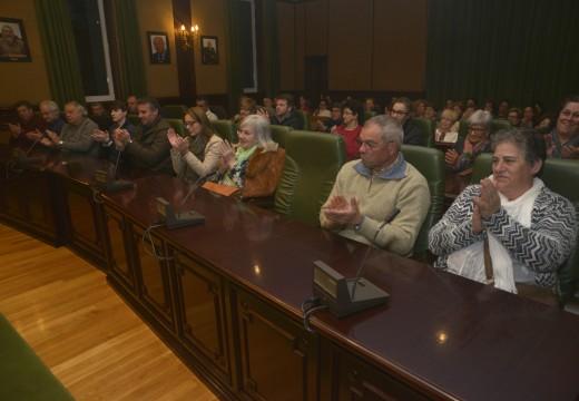 """Numerosos veciños acudiron á presentación da obra """"A Cacería"""" de Amadeo Cobas no salón de plenos do concello de Riveira"""