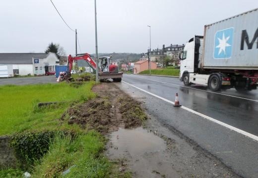 Comezan as obras da senda peonil na N-550 de acceso ao CEIP do Camiño Inglés, nas que o Concello de Oroso investirá 60.000 euros