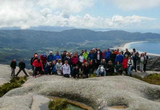 Medio cento de veciños e veciñas de Brión participaron nun roteiro polos sendeiros do Monte Pindo e da Fervenza do Ézaro