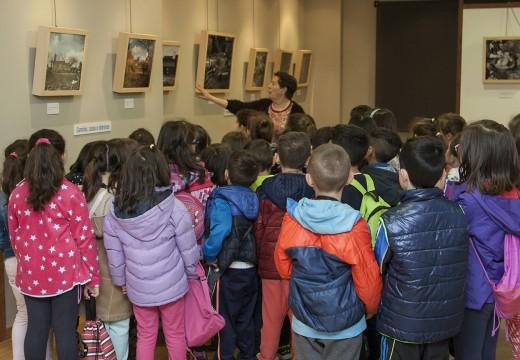 Alumnos e alumnas do Castelao visitan a mostra fotográfica 'Galicia Máxica'
