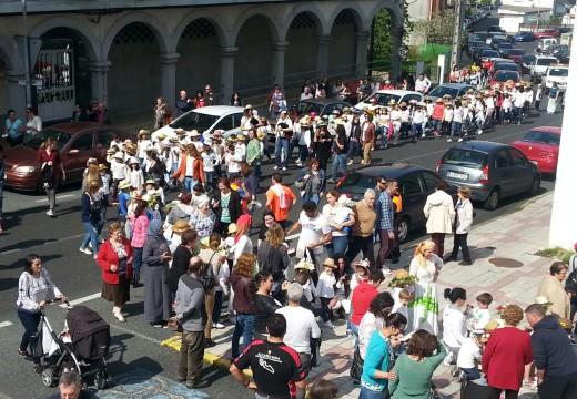 O CEIP Centieiras amosa os seus Maios polas rúas de Fene