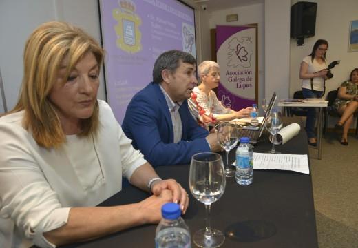 Un abarrotado Lustres Rivas albergou o arranque das IV Xornadas Saudables de Riveira cunha mesa redonda sobre o lupus