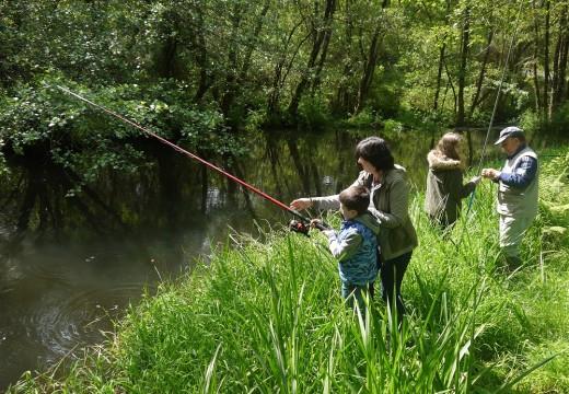Nenos e nenas de Touro, na II Xornada de Pesca Infantil
