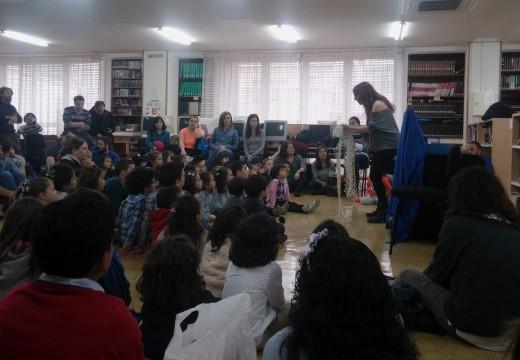 Éxito da primeira actuación contacontos na Biblioteca de Riveira con Raquel Queizás
